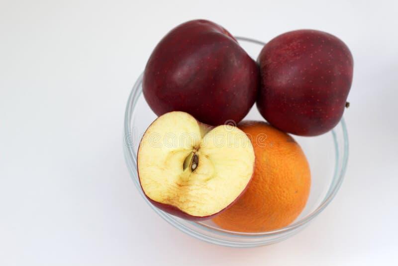 Äpfel und Orange im Vase stockfotografie