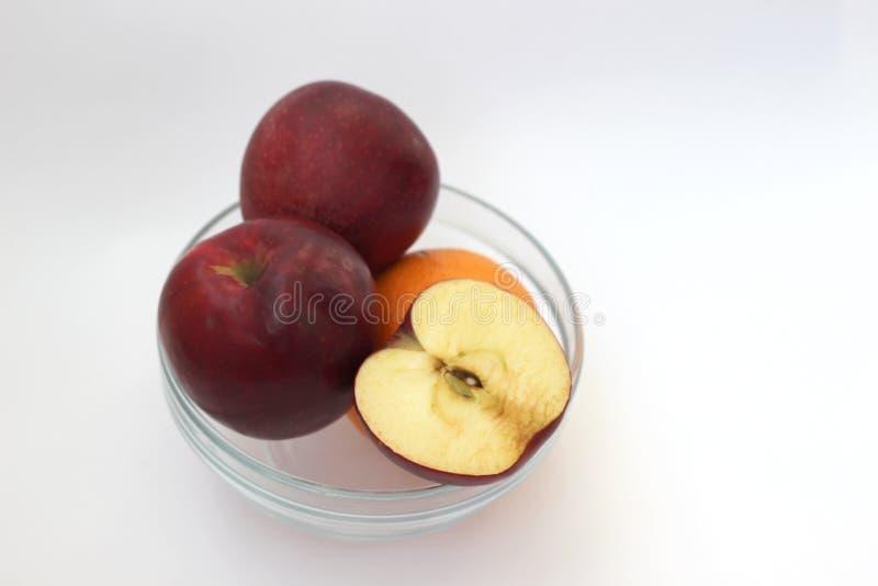 Äpfel und Orange im Vase lizenzfreie stockbilder
