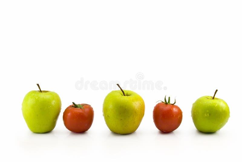 Äpfel und Tomaten lizenzfreie stockfotografie
