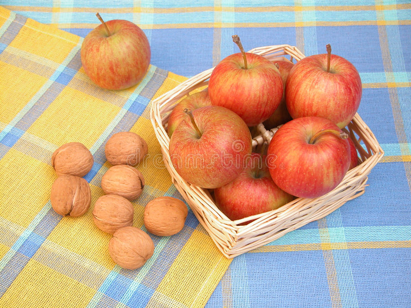 Äpfel und Walnüsse lizenzfreie stockfotos