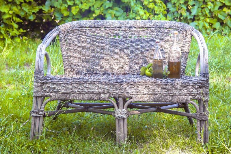 Äppelcider på en vide- stol fotografering för bildbyråer