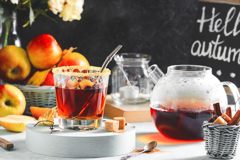Äppelciderdrink, varm coctail med kanelbruna pinnar och äppleskivor kryddar tea Höstslags tvåsittssoffalynne royaltyfri fotografi