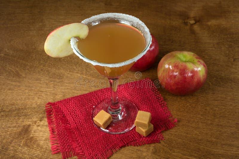 Äppelcidermartini coctail med äppleskivan arkivbilder