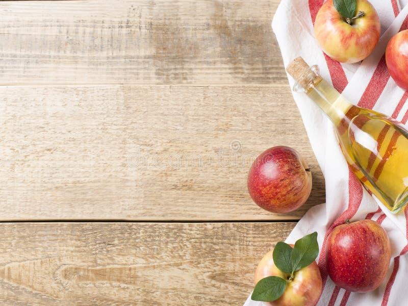 Äppelcidervinäger i flaska med äpplet arkivbilder
