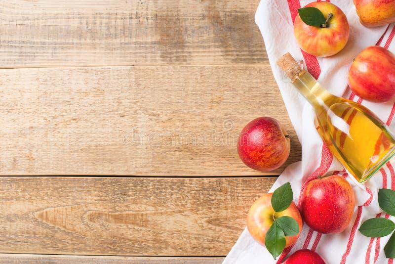 Äppelcidervinäger i flaska med äpplet royaltyfri fotografi