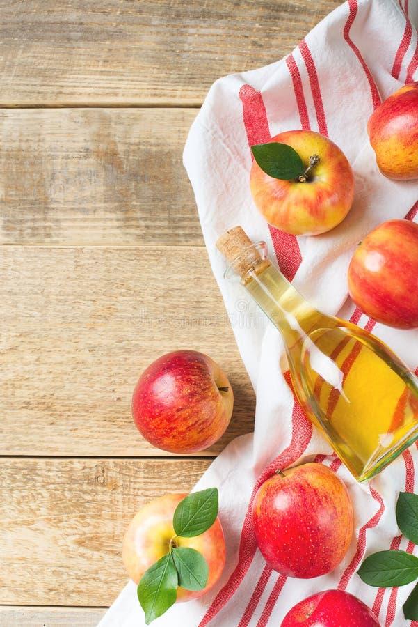 Äppelcidervinäger i flaska med äpplet royaltyfria foton