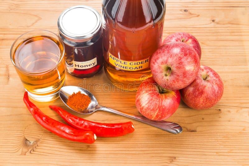 Äppelcidervinäger med honung och kajennpeppar, remed naturligt fotografering för bildbyråer