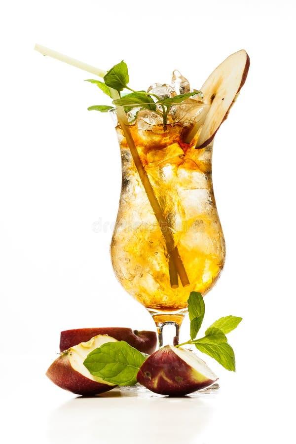 Äppeljuicecoctail som garneras med ett äpple royaltyfri bild