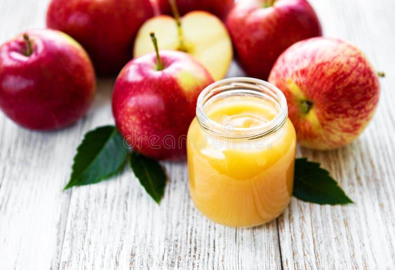 Äppelmos i exponeringsglaskrus arkivfoto