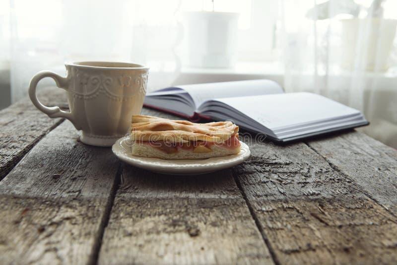 Äppelpaj med koppen kaffe på tabellen fotografering för bildbyråer