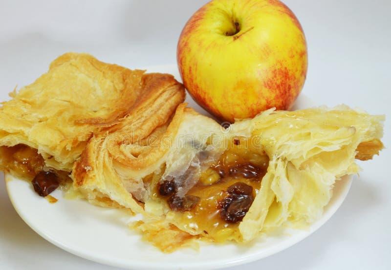 Äppelpaj och nytt äpple på maträtt fotografering för bildbyråer