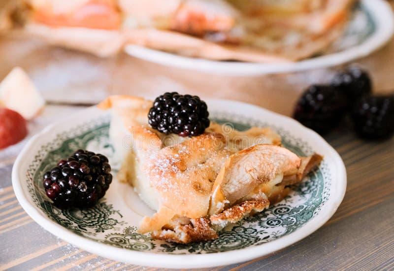 Äppelpaj och svartbär till lätt frukost royaltyfri bild