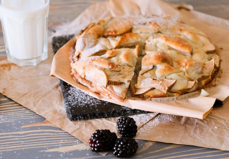 Äppelpaj och svartbär till lätt frukost royaltyfria bilder