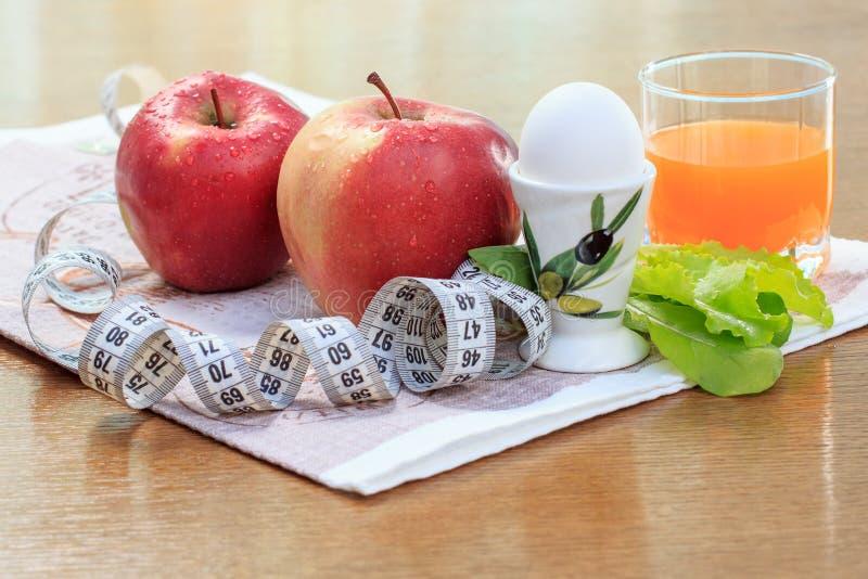 Äpple-, ägg-, sallad-, linjal- och multivitaminfruktsaft i exponeringsglas fotografering för bildbyråer