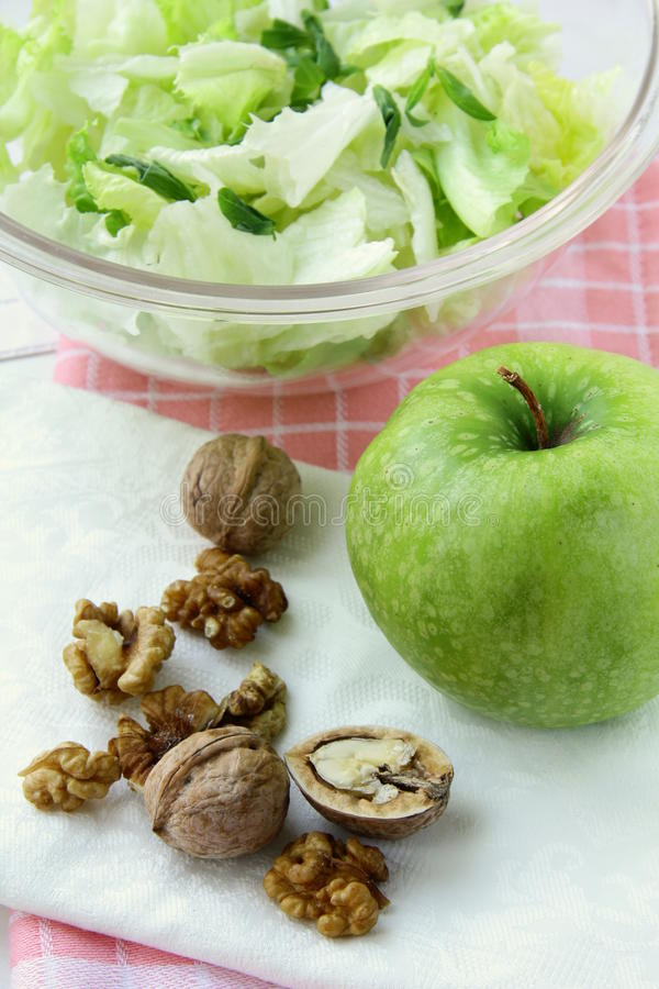 äpple - gröna blandade salladvalnötter arkivfoton