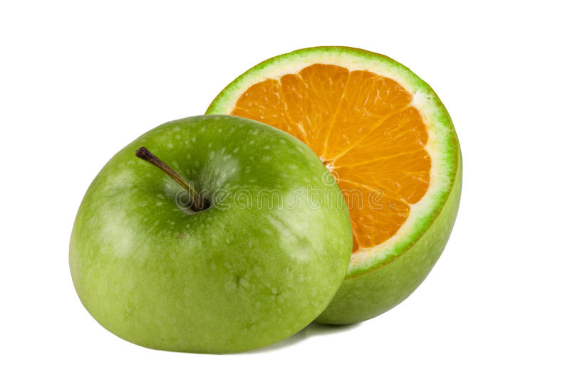 äpple - greeninsidaorange royaltyfria foton