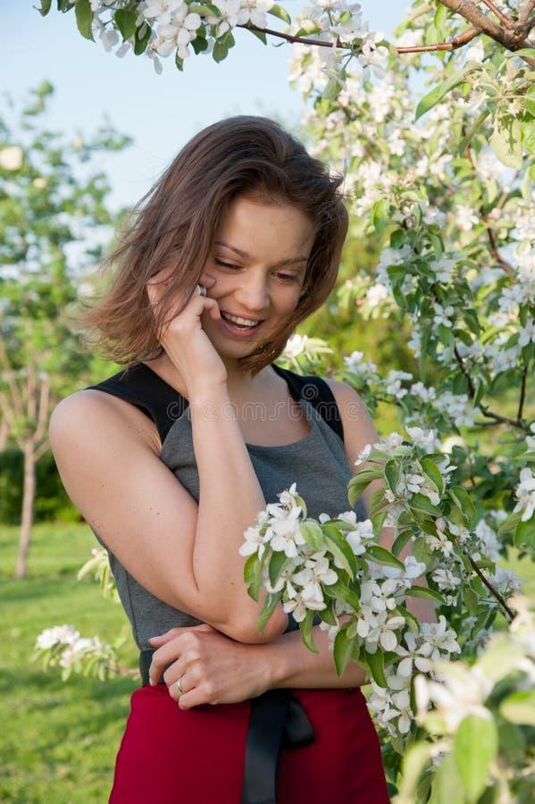 äpple nära kvinna för telefonsamtaltree fotografering för bildbyråer