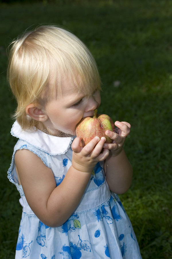 äpple som äter flickalitet barn arkivbild