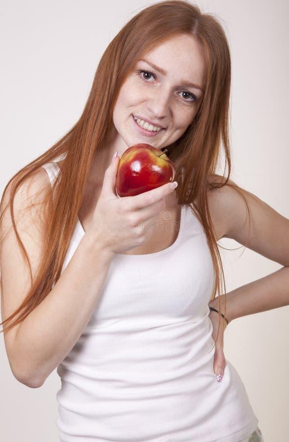 äpple som äter kvinnabarn arkivfoto