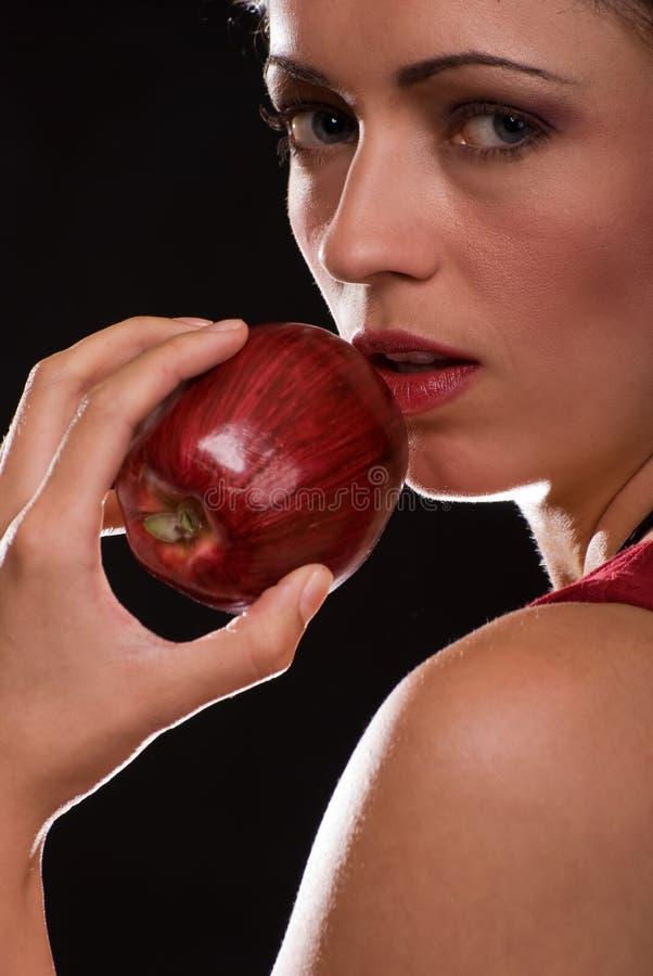 äpple som äter kvinnan royaltyfri foto