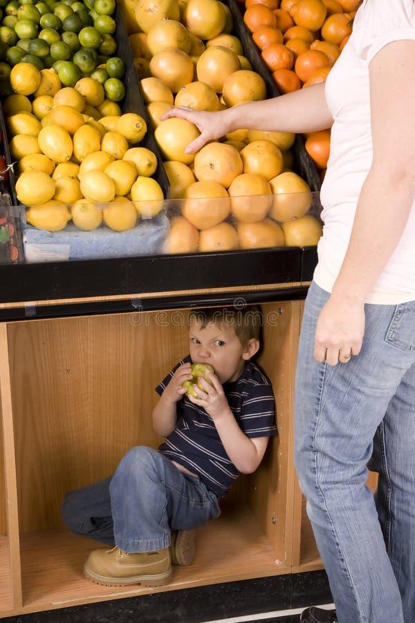 äpple som äter momstanding royaltyfria bilder