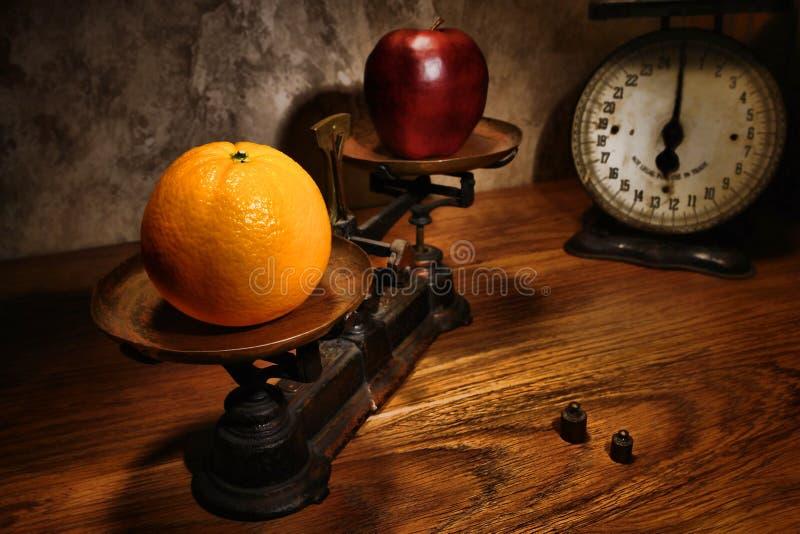 äpple som jämför orangen royaltyfria bilder