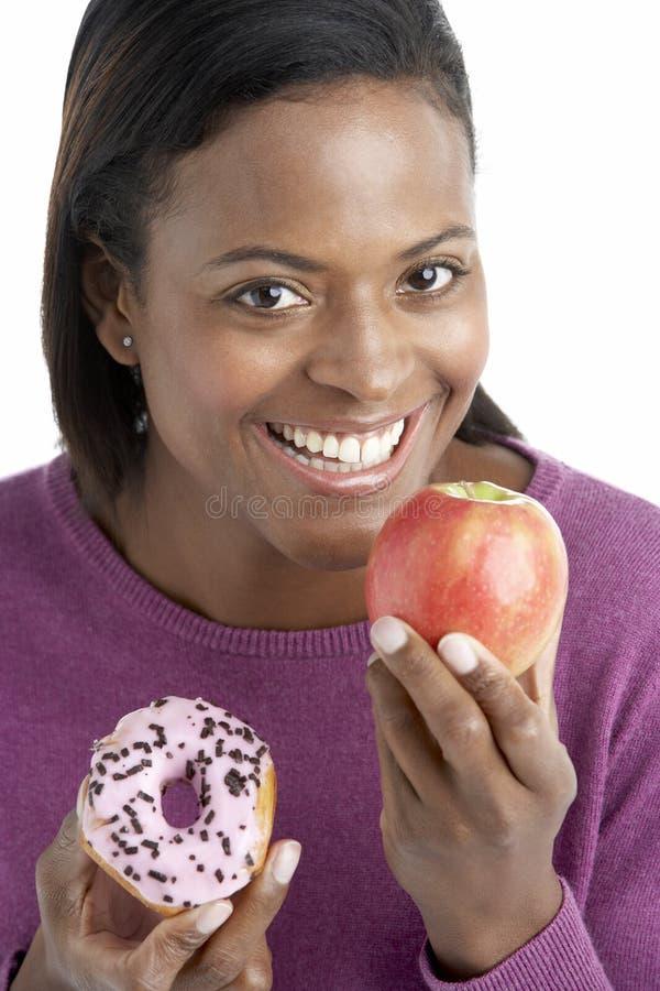 äpple som väljer munkkvinnan arkivbilder