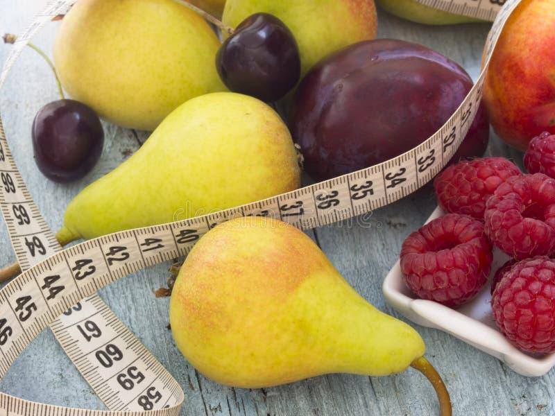 äpplebananen bantar sallad för orangen för fruktfruktkiwien arkivbild