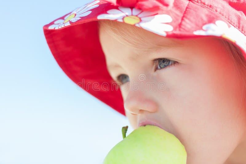 äpplebarn som äter flickan royaltyfria foton