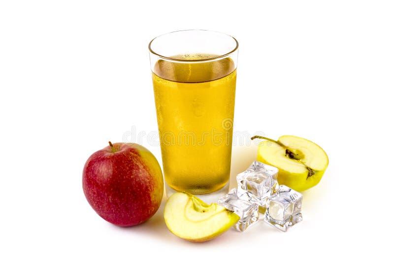 Äpplen äppelmust och iskuber på en vit bakgrund royaltyfri bild