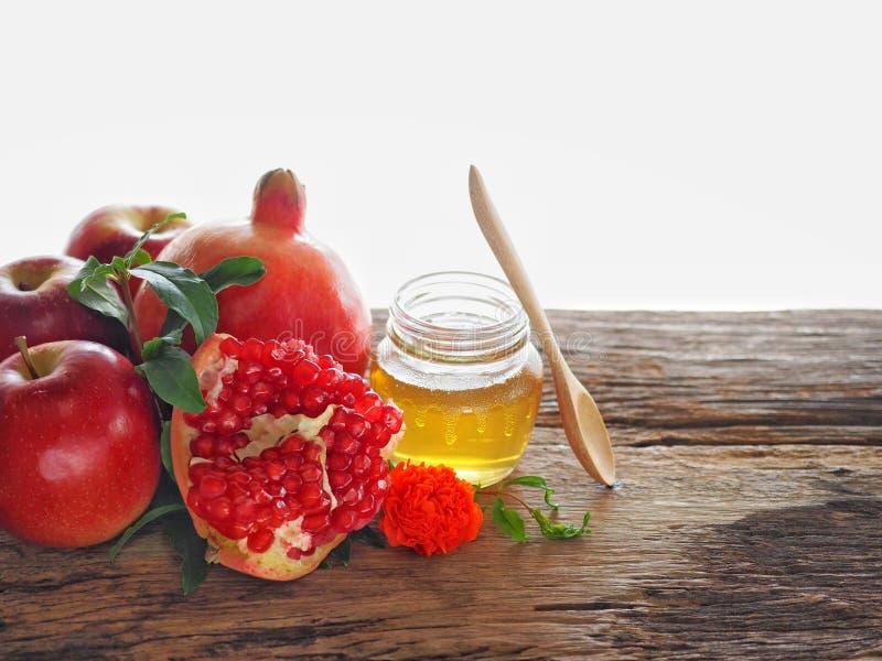 Äpplen, granatäpplen och honung på träbrädet med begreppsmaten som är utvald på den judiska ferieroshhashanahen royaltyfri fotografi
