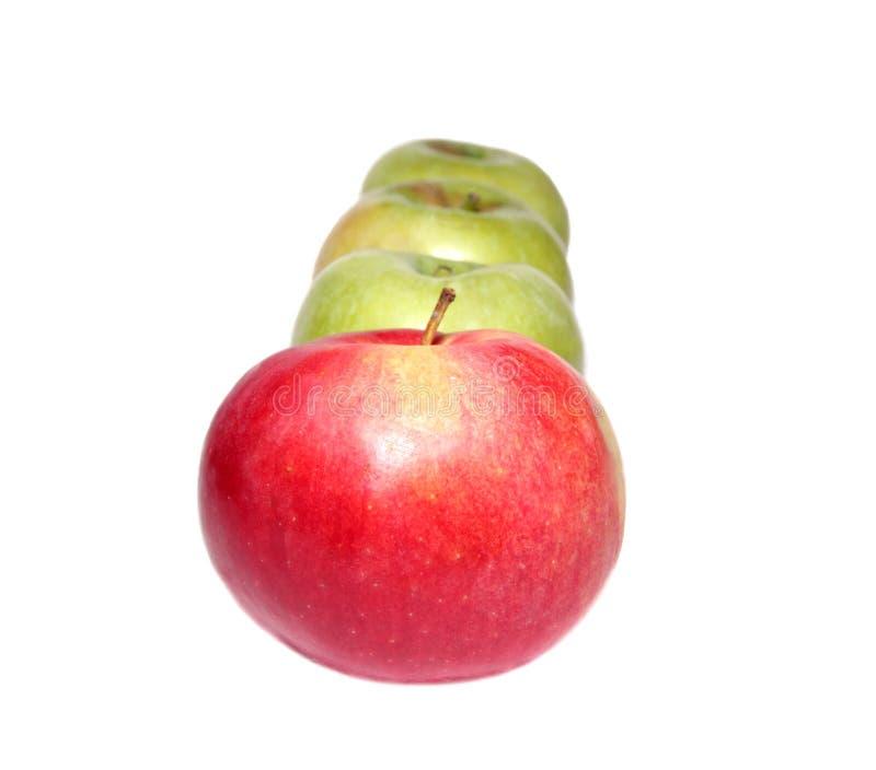 äpplen green en röd rad tre fotografering för bildbyråer
