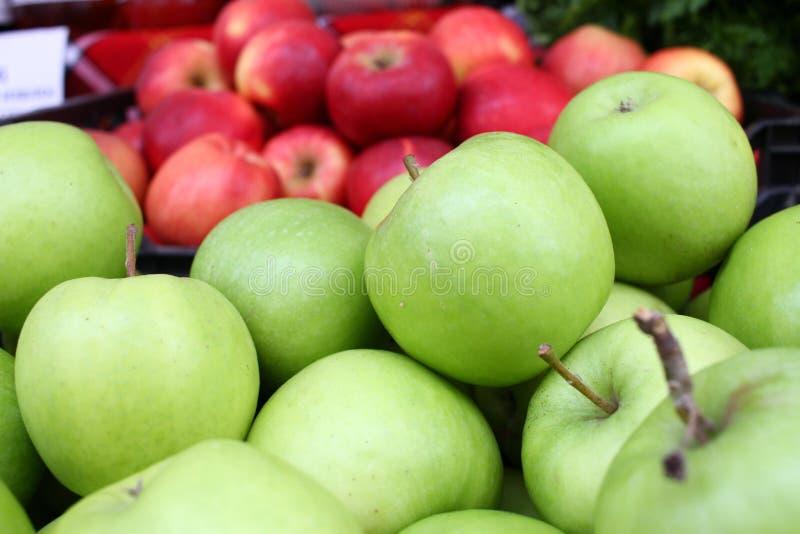 Äpplen Högen av organiska röda äpplen på bönder marknadsför Apple bakgrundstextur Frukttapet Äppleräkningsfoto royaltyfria foton