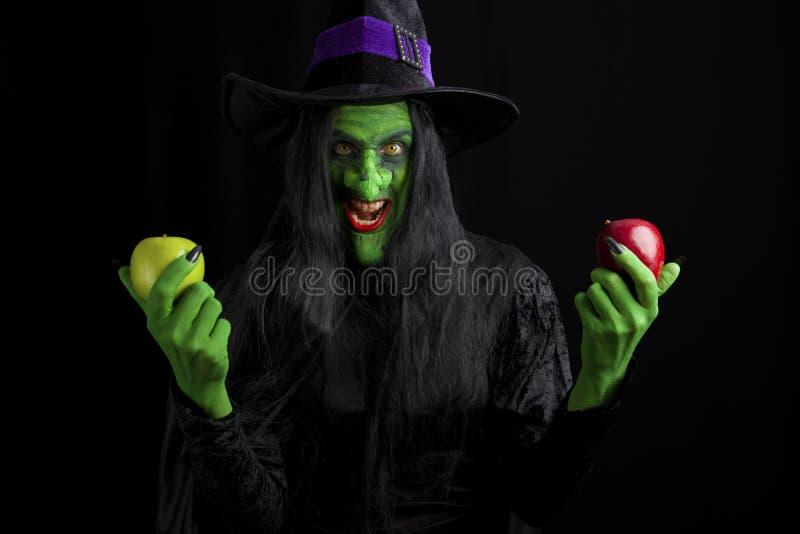 äpplen henne giftig läskig häxa arkivfoto