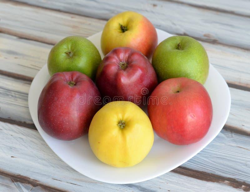 Äpplen i en platta på tabellen arkivbild
