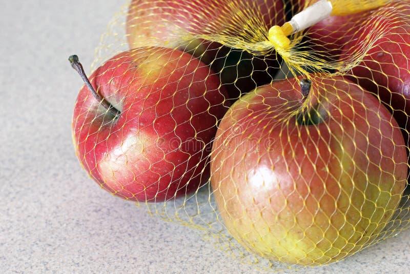 Äpplen i ett raster på en vit bakgrund royaltyfri fotografi