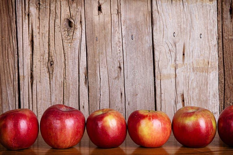 Äpplen i rad arkivfoton