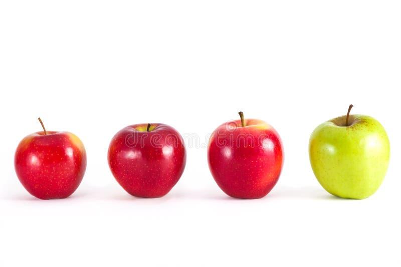 Äpplen i rad royaltyfria foton