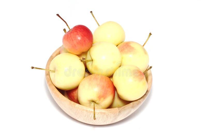 Äpplen i träkopp fotografering för bildbyråer