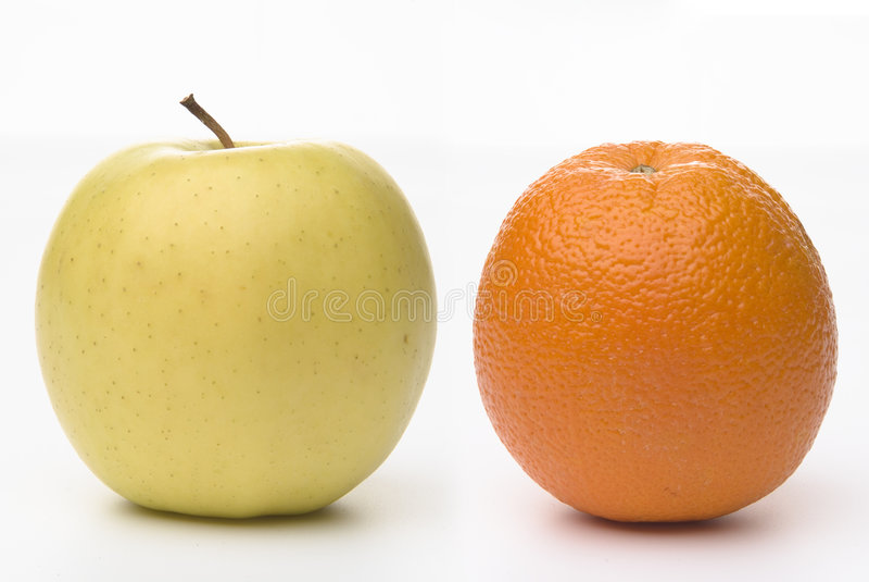 äpplen jämför apelsiner till arkivfoto