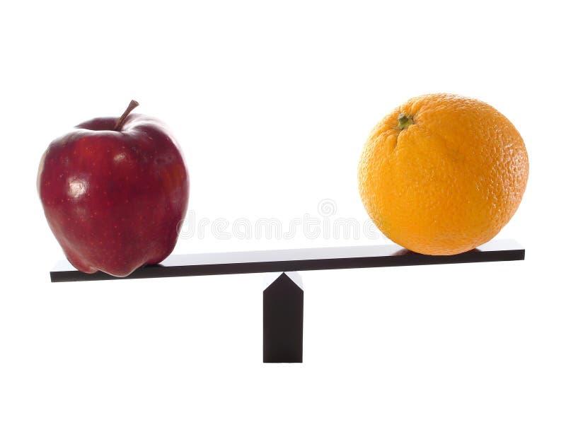 äpplen jämför ljusa metaforapelsiner andra till arkivfoto