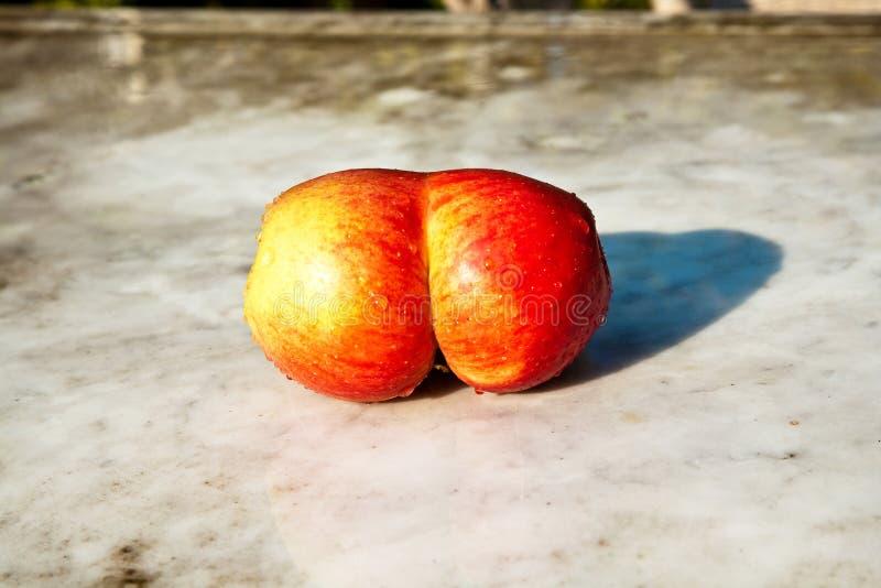 Äpplen med interresting deformeringar ger fantasin en möjlighet royaltyfria foton