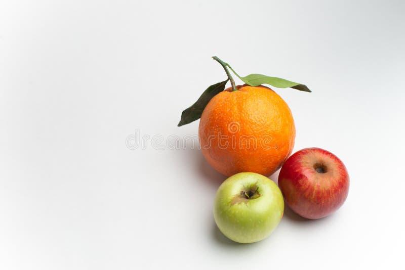 Äpplen och apelsin som är nya från den trädgård isolerade vita bakgrunden arkivbilder