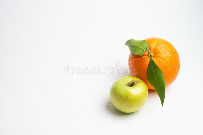 Äpplen och apelsin som är nya från den trädgård isolerade vita bakgrunden royaltyfri foto