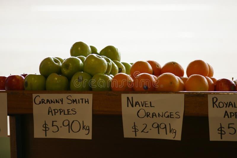 Äpplen och apelsiner som säljs på en lokal grön specerihandlare royaltyfri bild