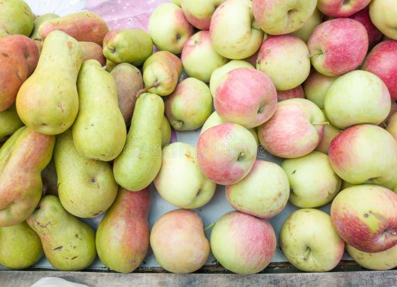 Äpplen och päron säljs på marknaden i paviljongen frukter i korgäppelpäron, sötade ekolivsmedelsfrukter och en hälsosam marknad fotografering för bildbyråer
