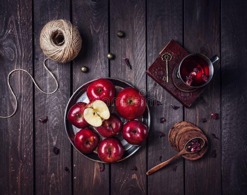 Äpplen och te arkivbild