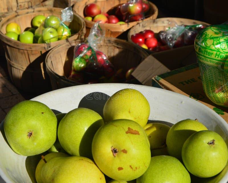 Äpplen på bondens marknad fotografering för bildbyråer