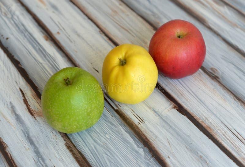 Äpplen på bordlägga royaltyfri bild