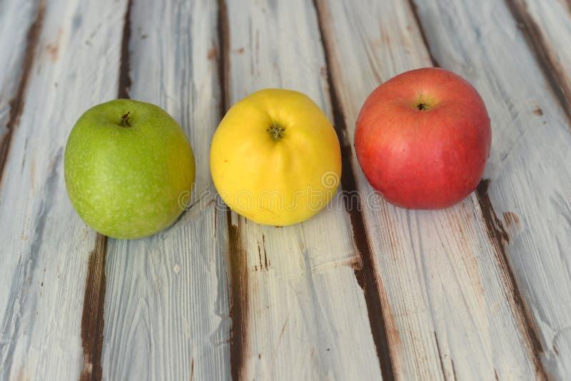 Äpplen på bordlägga royaltyfri foto